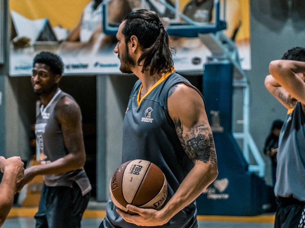 giocatori durante allenamento di basket